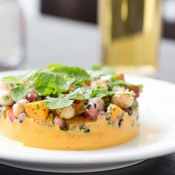 Butternuss-Kürbis-Hummus mit Kichererbsen, Granatapfel und gerösteten Kernen